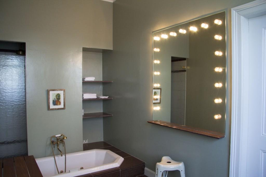 I det store badeværelse er der både nedsænket jacuzzi, brusekabine og m.m.
