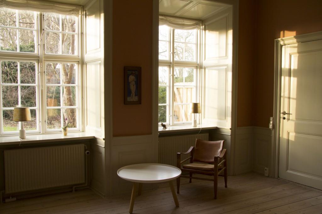 Varmt og smukt eftermiddags- og aftenlys strømmer ind af de store vinduer. Dejligt sted at læse en bog