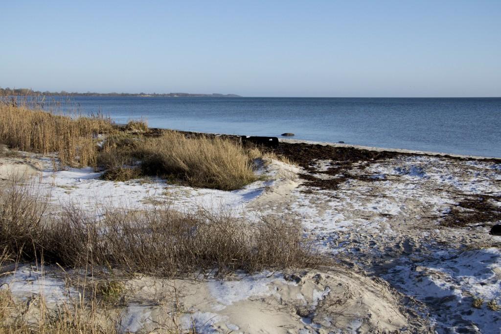 Vemmetofte Strand har fint rent sand. Tangen fjernes om sommeren, og der opsættes badebroer. En vidunderlig perle, hvor du kan være i fred.