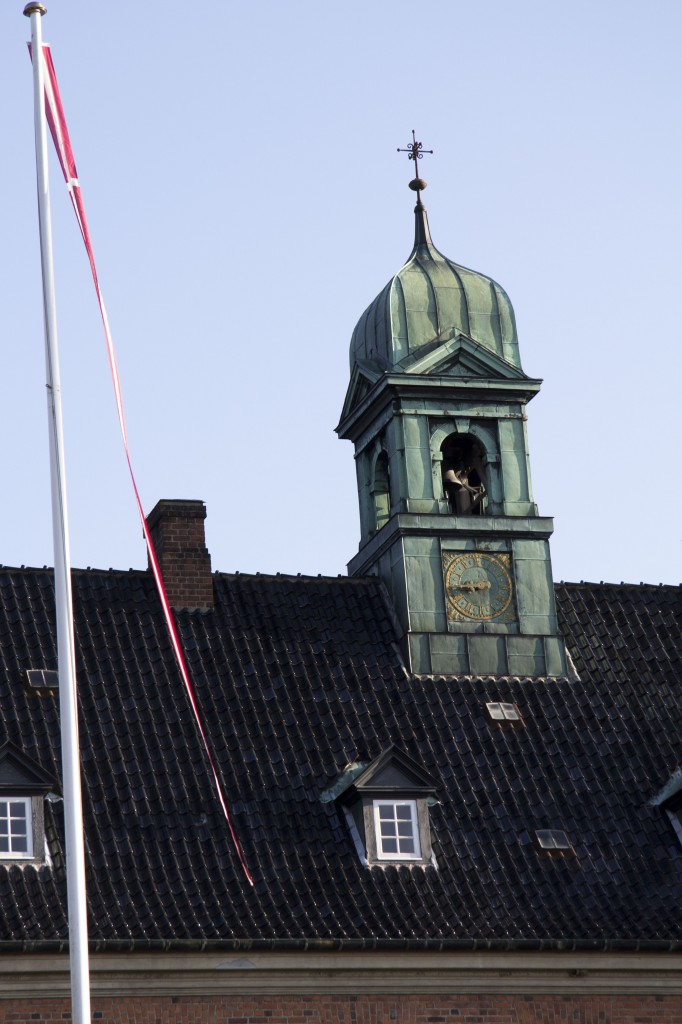Det gamle tårnur bliver trukket op hver fredag af Hans. Med en stort håndsving, hejser han de tunge lodder op til næste etage.