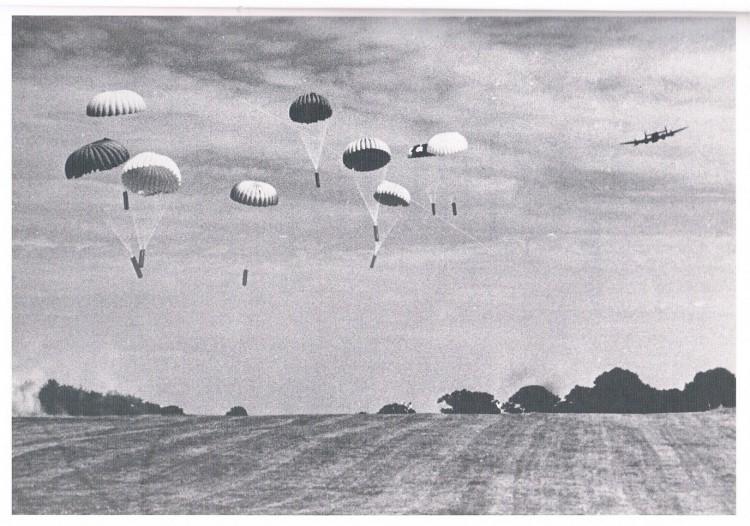 Faldskærme daler ned over marker under anden verdenskrig